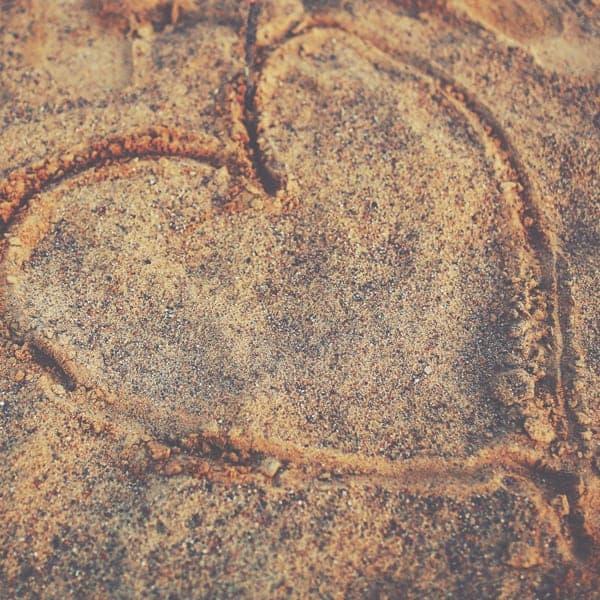 Schoonheidssalon Duiven Petra Barthen Professional Skincare | Vierkant hart in zand